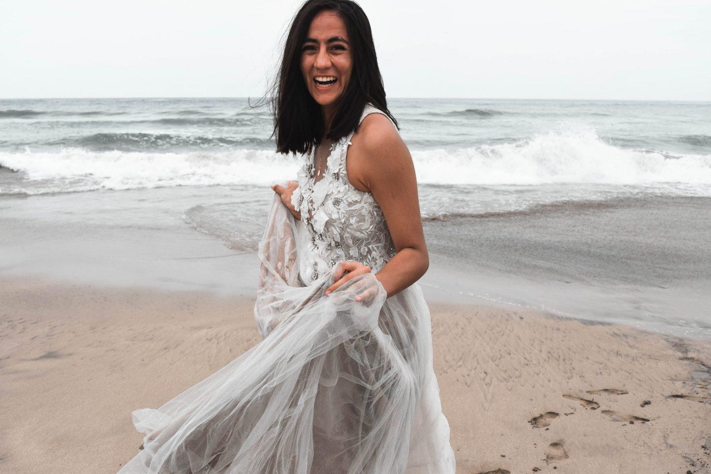 Una majo sonriente y con su vestido hecho bolsa.